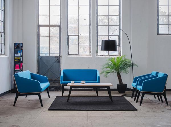 Kolekcja Fin Marbet Style. Sofa Fin, Fotel Fin oraz stół na drewnianych nogach. Kolekcja nawiązuje do klasyków polskiego modernizmu