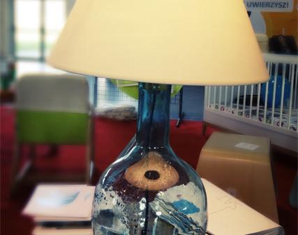 Gie El unikalne produkty ręcznie wykonane przez parę polskich projektantów. Stolik wykonany ręcznie z drewna oraz unikalna lampka