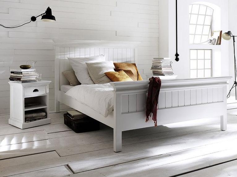 Sypialnia w stylu prowansalskim uwodzi naturalnością. Łóżko w kolorze białym oraz jasne kolory i dodatki sprawiają, że będzie modna przez bardzo długo