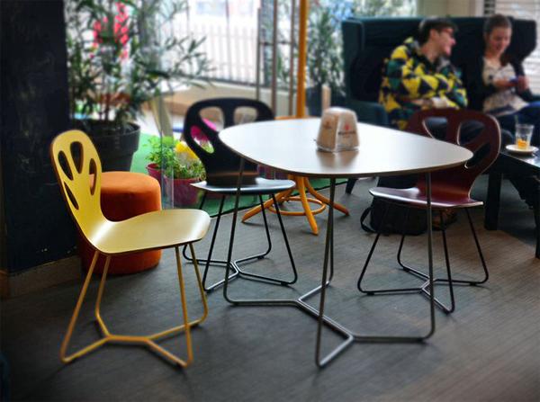 Krzesła Maple Iker. Kolorowe krzesła drewniane do kawiarni i pizzerii