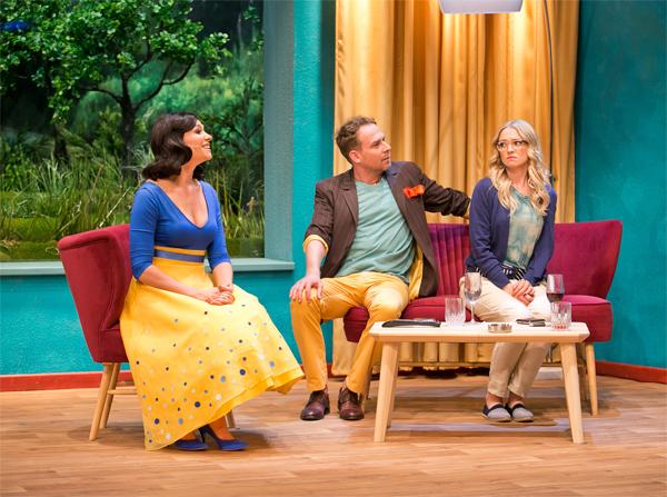 Miłość w Saybrook przedstawienie tautro 6 piętro w roli głównej nasza sofa i fotel Draco. Meble polskiego designu tworzone pod indywidualne zamówienie
