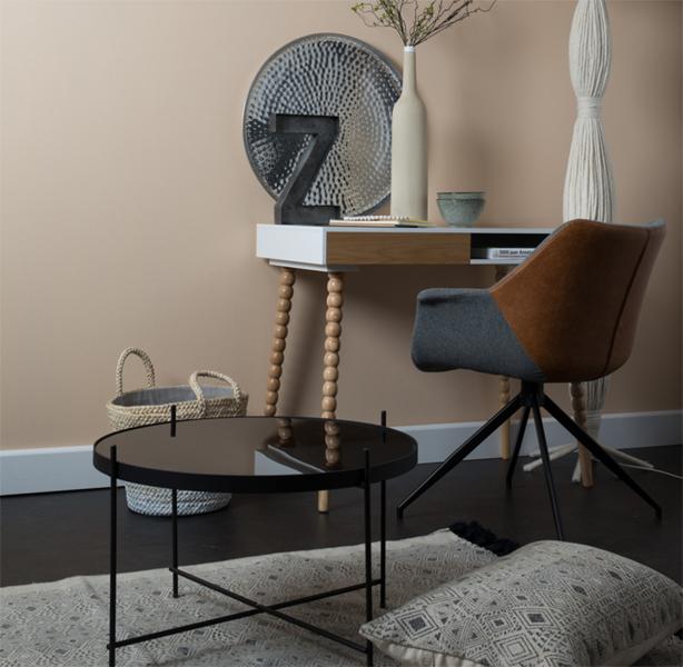 Fotel Doulton Zuiiver w stylu vintage na zdjęciu z biurkiem Twist Zuiver i stolikiem Cupid. Designerskie wnętrze w stylu skandynawskim