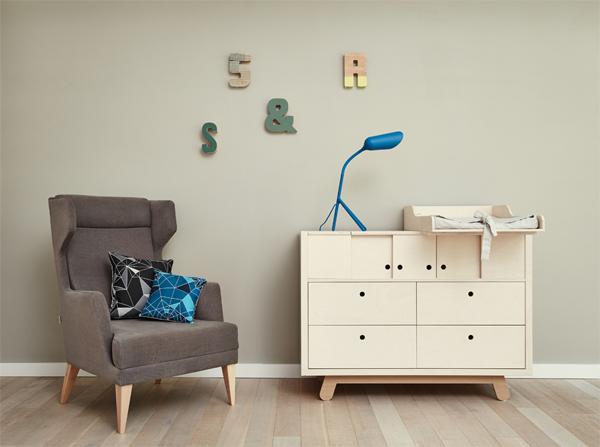 Duży komfortowy fotel z wysokim oparciem w kolorze szarym na drewnianych nózkach Fotel Oldschool producenta Iker