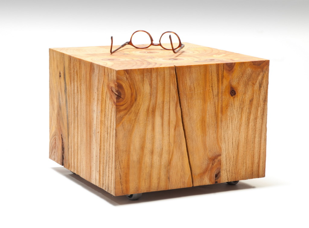 Unikalny stolik kawowy Karpik wykonany w całości z drewna.