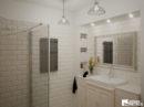 Łazienka w jasnych stonowanych kolorach w stylu retro.