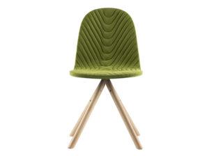 Krzesło Mannequin 01 zielone na naturalnych bukowych nóżkach. Krzesło tapicerowane w stylu skandynawskim. Zielone nowoczesne krzesła do salonu i jadalni to świetny wybór na długie lata. Szukasz krzeseł w stylu vintage? Wybierz Mannequiny