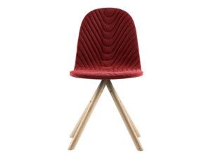 Krzesło Mannequin 01 w kolorze czerownym na naturalnych bukowych nóżkach. Krzesło tapicerowane w stylu skandynawskim. Czerwone krzesło do salonu i jadalni to świetny wybór na długie lata