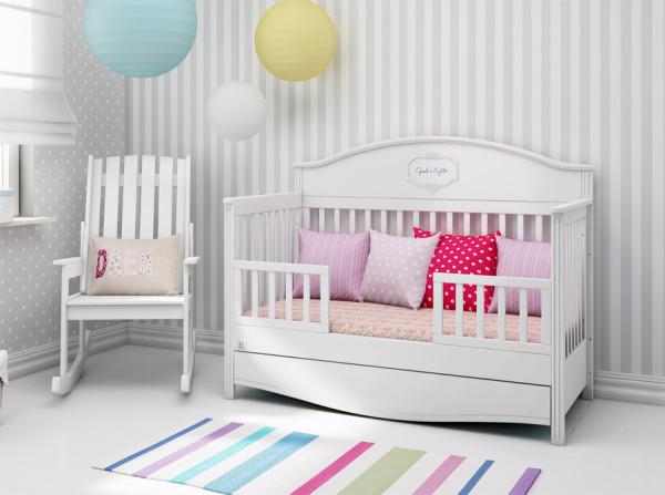 Łóżeczko Good Night pure. Łóżeczko Bellamy w kolorze białym. Funkcjonalne łóżeczko dzieciece, które zamienia się w tapczanik, sofkę po wyjęciu jednego z boków