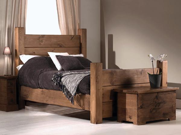 Sypialnia w stylu rustykalnym to mocne akcenty drewna o widocznych sękach oraz jasne kolory. Styl rustykalny jest surowy a jednocześnie przystulny