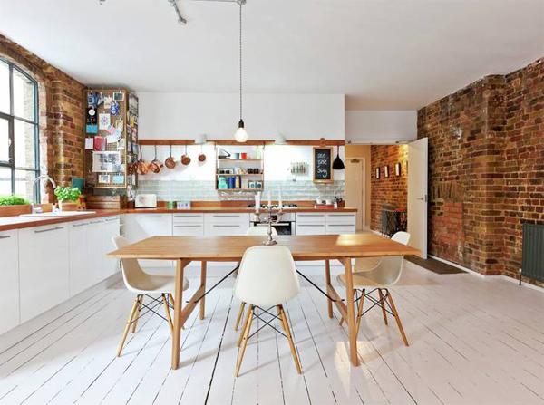 Idealnym rozwiązaniem do białej kuchni jest zastosowanie na ścianiach czerwonej cegły. Cegła nada charakeru wnętrzu