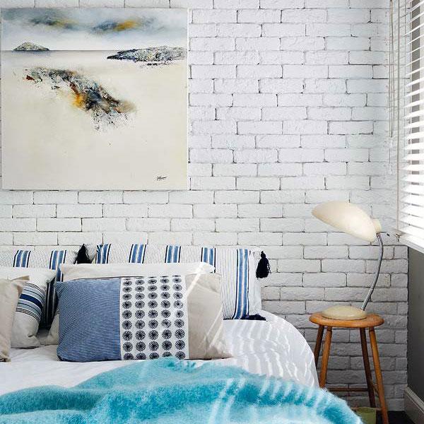 Zastosowanie białej cegły w sypialni nada wnętrzu lekkości. Polecamy połączyc je z kolorami lazuru, niebieskiego wtedy nasze wnętrze nabierze styl skandynawski a wręcz morski