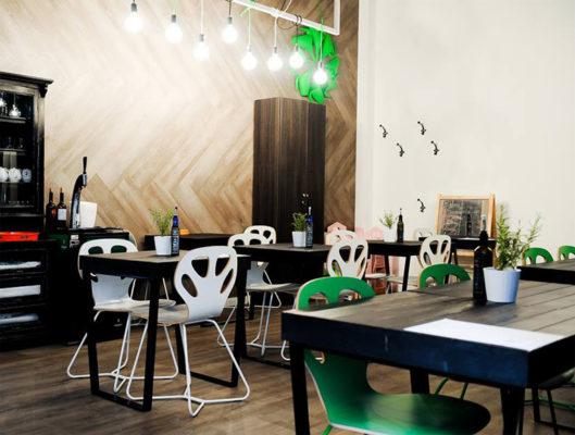 krzesła maple producenta iker. Designerskie krzesła do pizzeri lub kawiarni