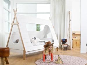 Łóżko Tipi producenta Woood. Łóżko dla dziecka w kształcie namiotu tipi. Łóżko wigwam dla dziecka z naturalnego drewna w kolorze biało drewnianym. Łóżko namiot stworzone dla chłopca i dziewczynki. Będzie doskonałą kryjówką