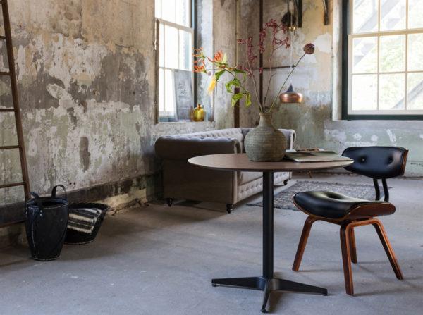 Krzesło Blackwood producenta Dutchbone. Designerskie krzesło w stylu vintage tapicerowane czarną skórą na drewnianych nogach. Krzesło inspirowane latami 50-tymi. Krzesło idealne do gabinetu, salonu i jadalni