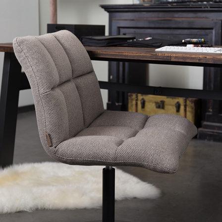 Krzesło Mini Bar producenta Dutchbone. Krzesło barowe longe chair tapicerowane w kolorze szarym. Nowoczesne i stylowe krzesło barowe