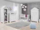 Marsylia Pinio zestaw mebli dla dziecka w kolorze białym zawierający łozeczko-tapczanik, szafę, komode i regał