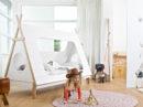 Zestaw mebli do pokoju dziecka w stylu Tipi. Meble Tipi prowucenta Woood wykonane są w całości z litego drewna. Łóżko w kształcie namiotu w kolorze białym z drewnem naturalnym. Łóżko gdzie można się schować.