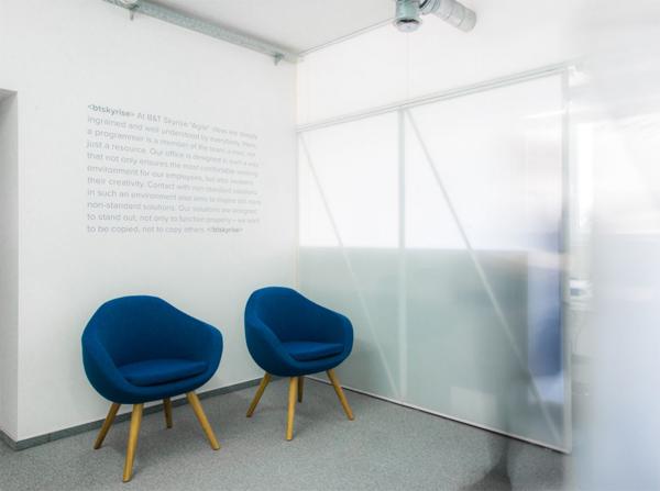 Fotel Olin Marbet Style świetny fotel do przestrzeni publicznej i domowej. Fotel do recepcji, gabinetu. Fotel kubełkowy nawiązujący do polskiego modernizmu