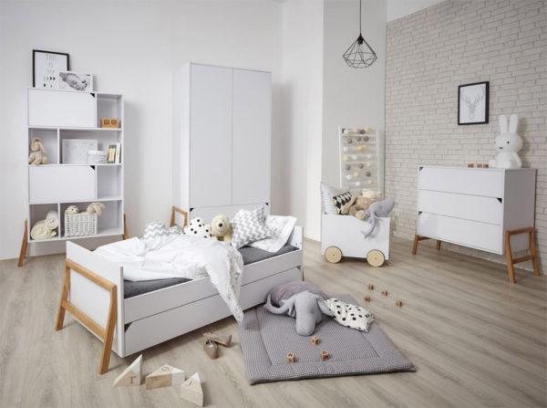 Pokój dziecięcy w stylu skandynawskim. Połączenie bieli z drewnem. Ponadczasowy modny pokój dla kilkulatka. Kolekcja Lotta Bellamy