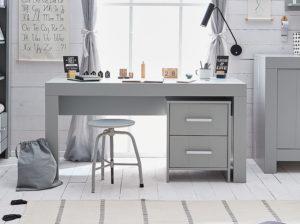 Pokój dla nastolatka w kolorze szarym. Meble z kolekcji calmo producenta pinio. Szare biurko z kontenerkiem