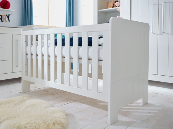 Łóżeczko dziecięce Calmo w kolorze białym producenta Pinio. Pokoik dla niemowlaka w stylu skandynawskim.