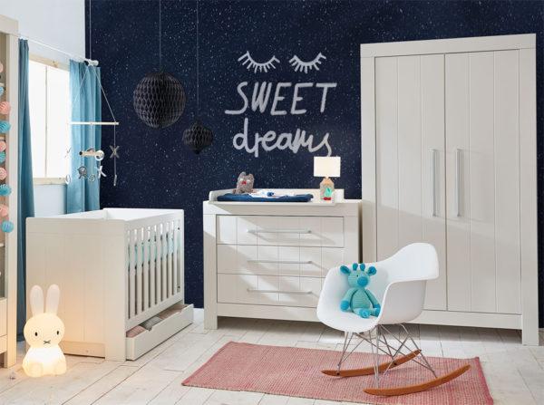 Pokoik dla małego dziecka z meblami w kolorze białym Calmo producenta Pinio. Łóżeczko z szufladą, komoda trzyszufladowa Calmo z przewijakiem i szafa dwudrzwiowa Calmo