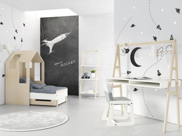 Pokój dziecka w stylu skandynawskim. Łóżeczko domek Magi Timoore, biurko oraz regał drabinka. Kolekcja Magi Timoore cieszy wysoką jakością wykonania