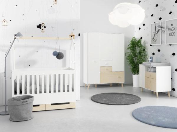 Pokój dla niemowlaka w stylu skandynawskim. Kolekcja Magi Timoore połączenie bieli i drewna. Łóżeczko z wysokim relingiem, daszkiem na którym można powiesić ozdoby oraz pojemna szafa trzydrzwiowa i komoda z przewijakiem