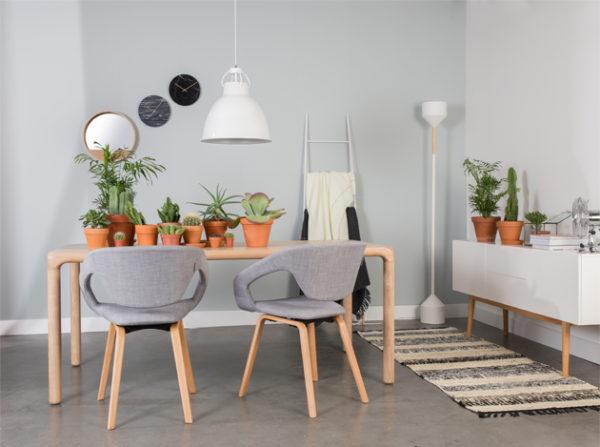 Salon, jadalnia w stylu skandynawskim. Stół Storm producenta Zuivera wykonany z jasnego jesionu i krzesła szare Zuiver